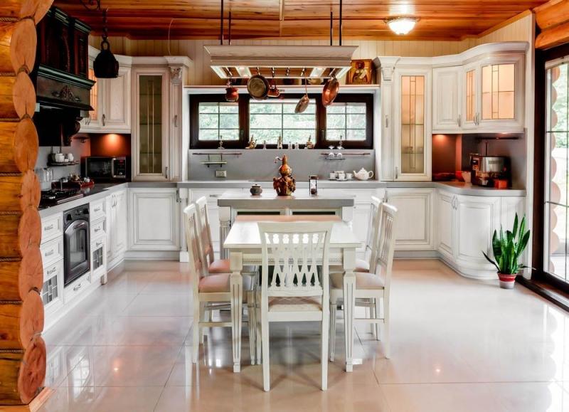 Кухня Атлас П-образная белого цвета в стиле прованс с навесными ящиками