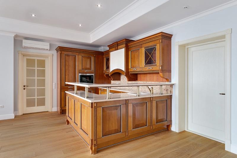 Кухня Олимпия угловая белого цвета с подвесными шкафами со стеклом