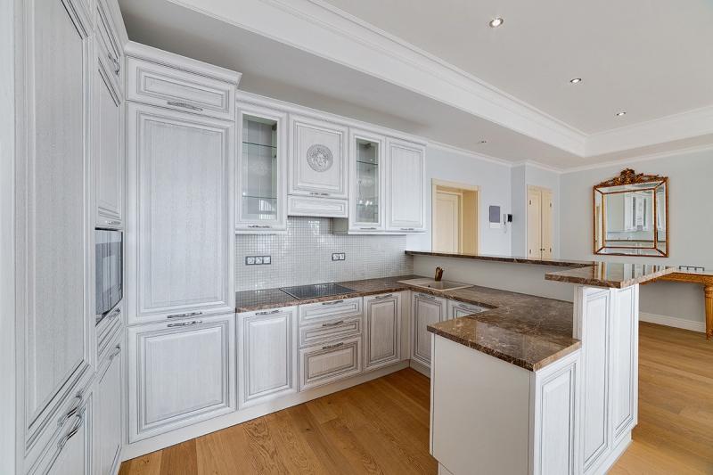 Кухня Плантатор из массива ясеня угловая белого цвета с черной столешницей