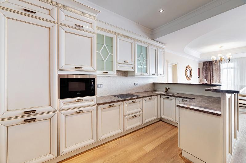 Кухня Лев в стиле современной классики из массива со встроенной техникой