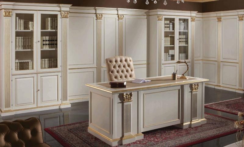 Кабинет Биссектриса в светлых тонах с закрытым столом и встроенными шкафами со стеклом