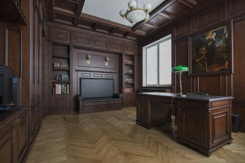 Кабинет Джоханна простой и удобный со столом из дерева