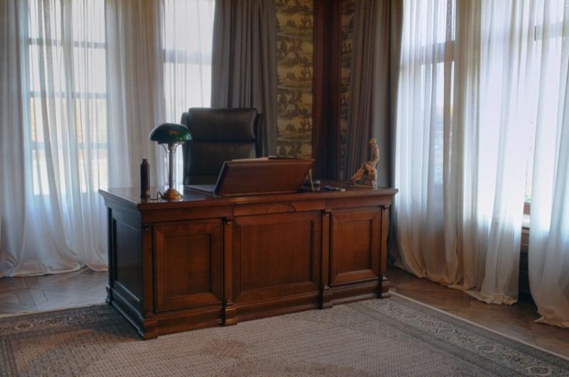 Кабинет Диалог стильный в темно-коричневом цвете с высоким шкафом со стеклом