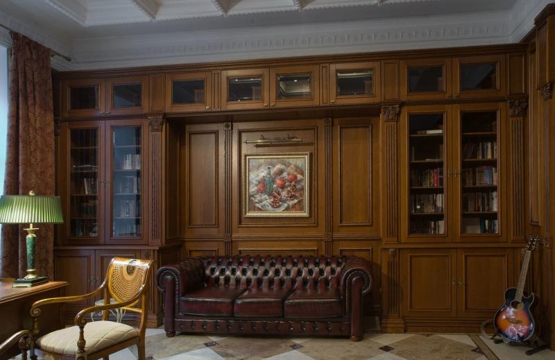 Кабинет Вереск в классическом стиле из массива дерева со встроенными шкафами