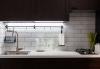 Кухня Аурива в светлых тонах с навесными ящиками и обеденным столом