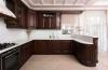Кухня Воспоминание угловая красного оттенка с белой столешницей и шкафчиком со стеклом