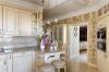 Кухня Диодора угловая в светлых оттенках желтого с отдельным большим закрытым столом