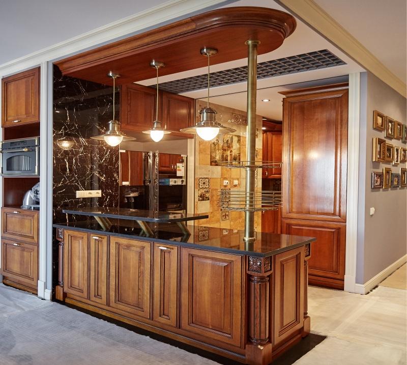 Кухня Клинова белого цвета из натурального дерева со столешницей под черный мрамор