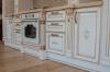 Кухня Мальдини линейного типа с коричневым фасадом и подвесными шкафами со стеклом