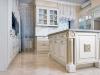Кухня Лорд Гленарван в британском стиле с каменными стенами