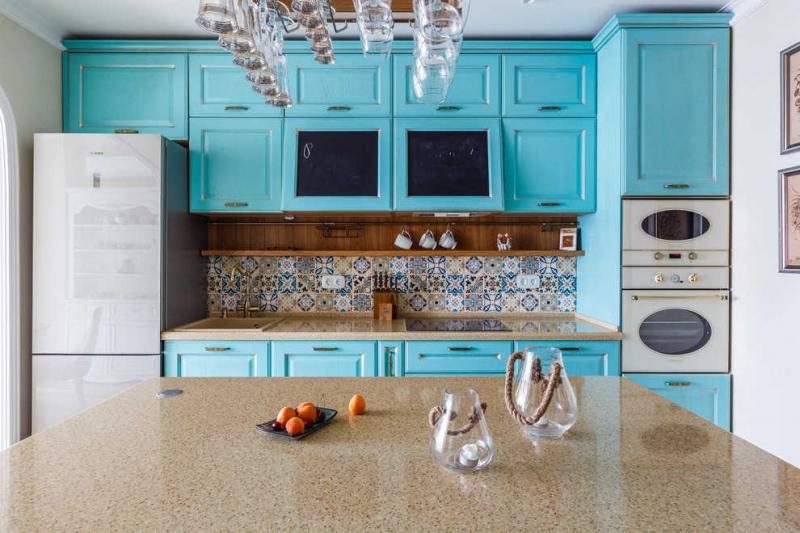 Купить Кухня Эльдорадо угловая коричневого цвета с белыми фасадами  под заказ