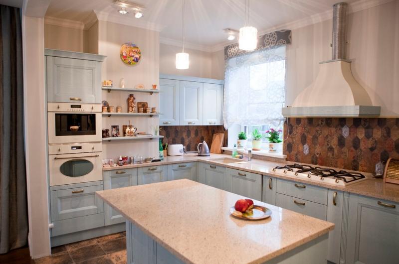 Кухня Куршавель П-образная коричневого цвета со встроенной техникой