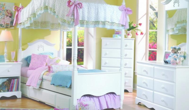 Детская Лаура в белом роскошном стиле в комплекте с комодом и прикроватной тумбочкой