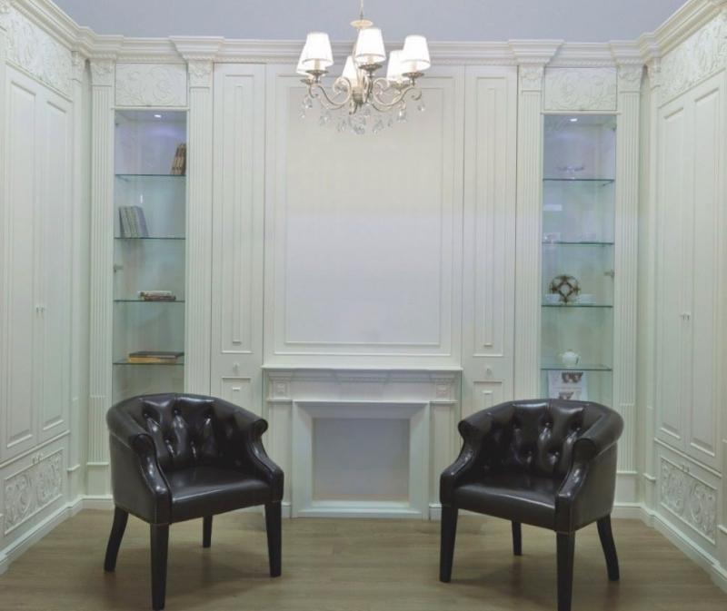 Гостиная Изящество в классическом стиле белого цвета с высокими колоннами и стеклянными полками