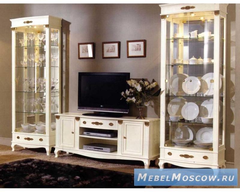 Гостиная Релаксация в классическом стиле белого цвета со стеклянными дверцами и полками