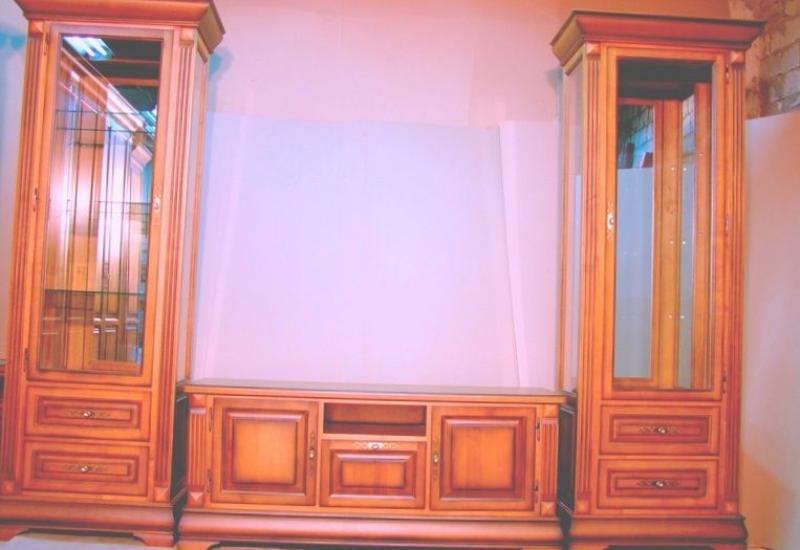Гостиная Джейн светло-коричневого цвета из двух высоких шкафов со стеклом и низкой тубмой с выдвижными полками
