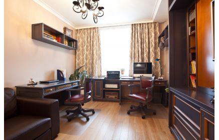 Купить Кабинет Фриланс в классическом сдержанном стиле темных оттенков с двумя отдельными столами  под заказ