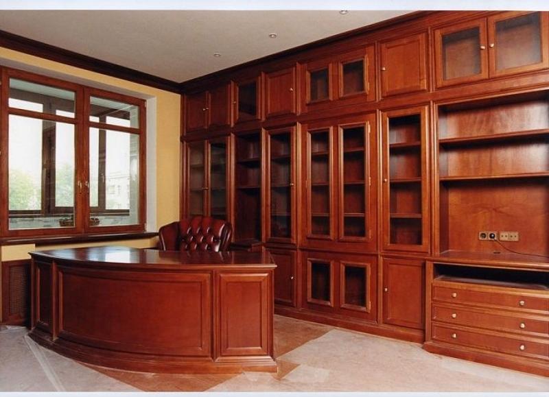 Кабинет Размах в классическом стиле янтарного цвета с большим деревянным столом