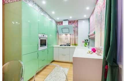 Купить Кухня Белая П-образная с высокими кухонными шкафами бирюзового и розово цвета  под заказ