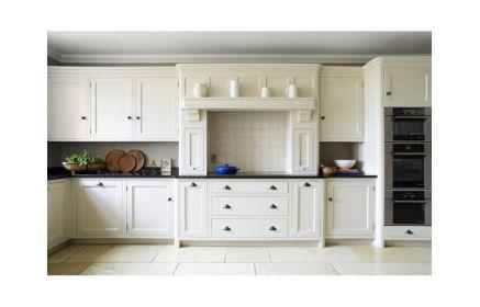 Купить Кухня Беноит в простом белом исполнении с черной столешницей  под заказ