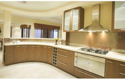 Купить Кухня Дионисия угловая коричневых оттенков со скруглённой столешницей под заказ