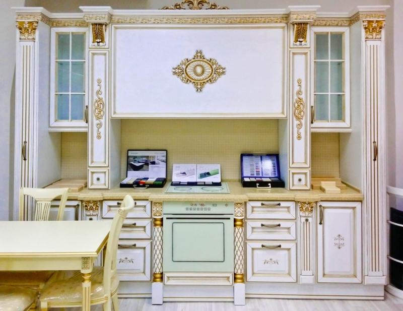 Кухня Доротея в классическом белом стиле с золотым обрамлением декоративными элементами на фасаде