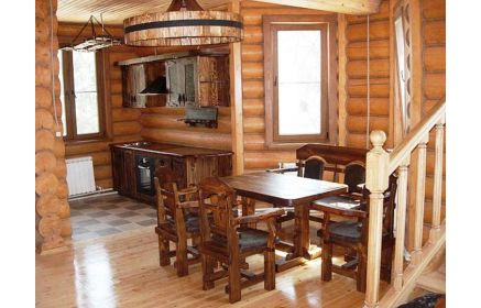 Купить Кухня Ежевика из массива дерева с подвесными шкафчиками и обеденным столом со стульями  под заказ