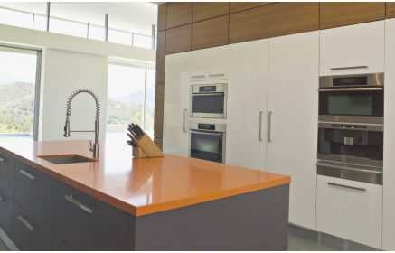 Купить Кухня Эвелина в стиле модерн белого цвета со встроенной техникой и островом  под заказ