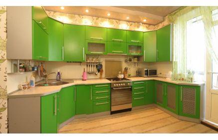 Купить Кухня Франк зеленого цвета с серой столешницей и рядом подвесных шкафов  под заказ