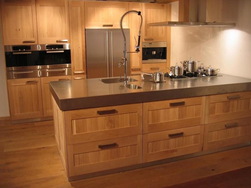 Кухня Гвен стильная с большой широкой столешницей и встроенной техникой