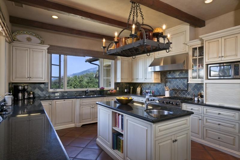 Кухня Катарина П-образная в стиле прованс белого цвета с карнизами