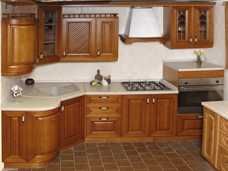 Кухня Кришито угловая с деревянным фасадом в стиле классики