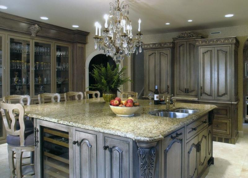 Кухня Меритт из дуба в классическом стиле с растительным орнаментом