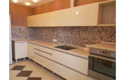 Купить Кухня Моно прямого типа белого цвета с рядом подвесных шкафов  под заказ