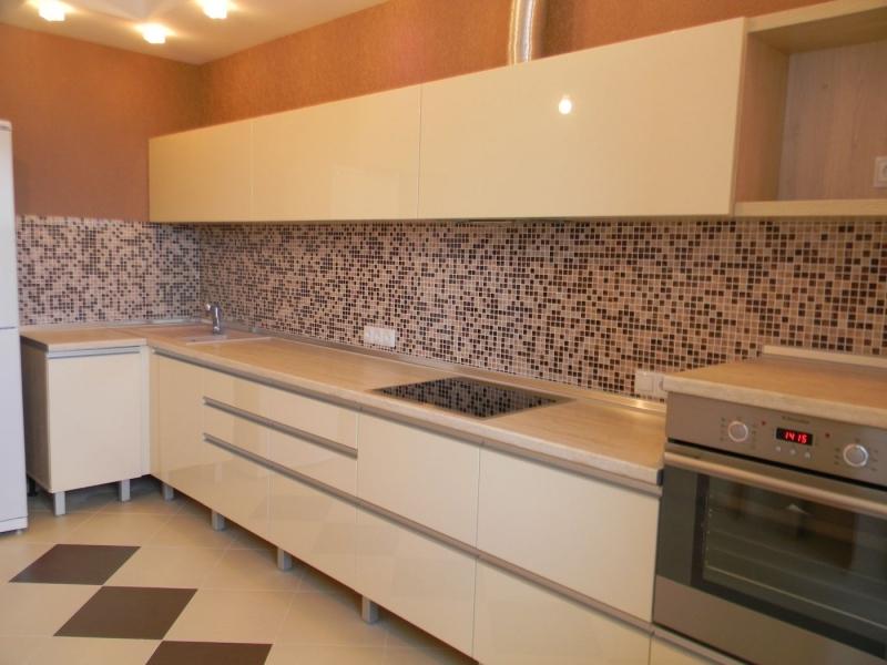 Кухня Моно прямого типа белого цвета с рядом подвесных шкафов