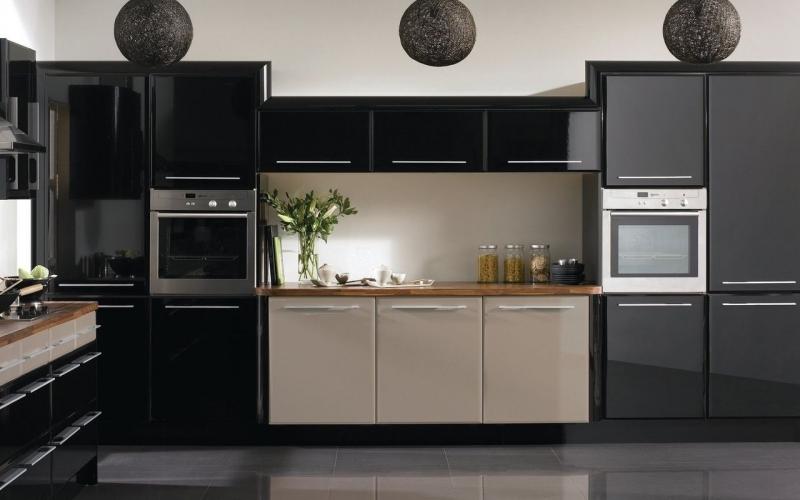 Кухня Мортен в стиле модерн с глянцевыми фасадами черного цвета и кофейными вставками
