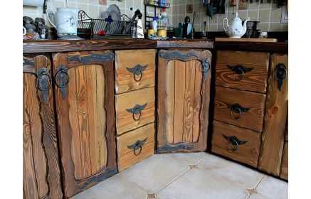 Купить Кухня Надежда из массива с металлической фурнитурой в средневековом стиле  под заказ