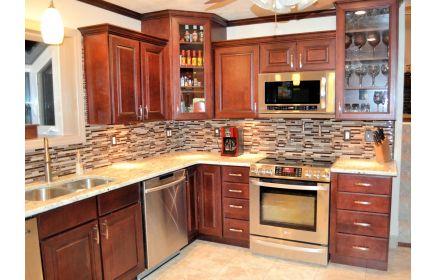 Купить Кухня Ожидание угловая в простом стиле коричневого цвета с подвесными шкафами со стеклом  под заказ