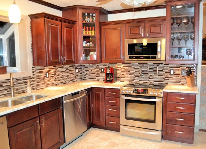 Кухня Ожидание угловая в простом стиле коричневого цвета с подвесными шкафами со стеклом