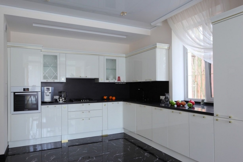 Кухня Пауль угловая белого цвета с глянцевой поверхностью и черной задней стенкой