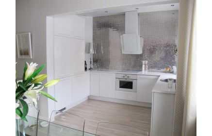 Купить Кухня Шато П-образная белого цвета со встроенной техникой под заказ