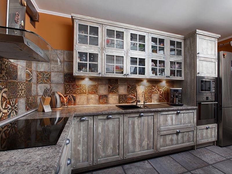 Кухня Снежана угловая серых оттенков из натурального дерева