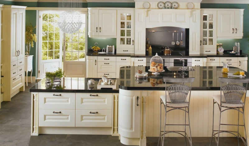 Кухня Стефани в классическом стиле белого цвета под старину