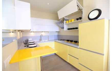 Купить Кухня Зира П-образная в желтых и белых цветах с подвесными шкафами под заказ