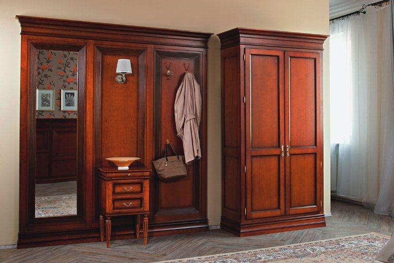 Прихожая Индекс классическая прямого типа из дерева коричневого цвета с большим зеркалом и тумбой