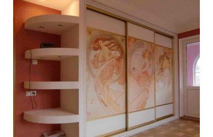 Купить Прихожая Композитум высокая со шкаф-купе на три двери с рисунком золотого и белого цветов  под заказ