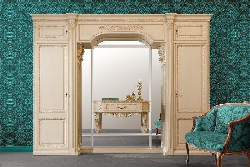 Прихожая Курако в классическом стиле кремового оттенка с большим зеркалом и декоративными элементами на фасаде