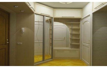 Купить Прихожая Медея встроенная угловая из МДФ верхние антресоли шкаф-купе с зеркальными панелями и волнистой линией и шкаф с открытыми полками с небольшой тумбой для обуви внизу белый цвет дерево под заказ