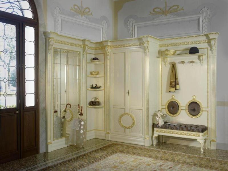Прихожая Зефир угловая в классическом стиле белого цвета с золотыми вставками и с мягкой скамейкой