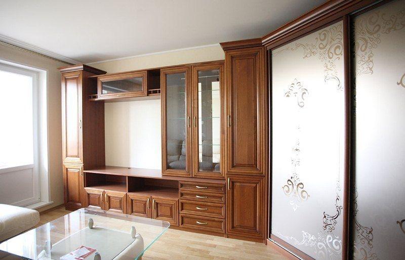 Гостиная Альтеро коричневого цвета со стеклом в дверцах местом для телевизора